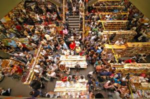 Счастливые люди на кассах супермаркета